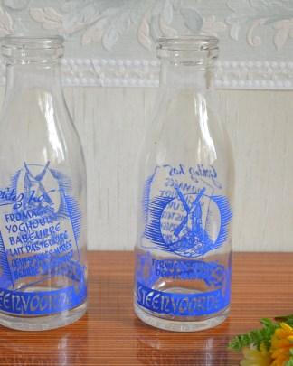 Lot de 2 bouteilles vintage en verre Yoghourt Steenvoorde, écriture bleu