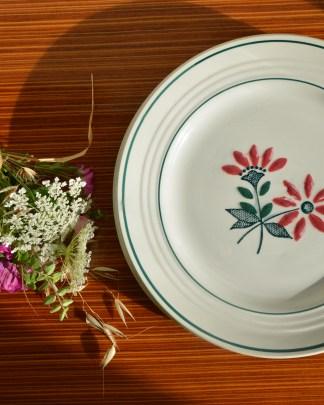 Très joli lot de 4 assiettes plates en semi-porcelaine Ceranord collection Gigi. Le décor floral est comme embossé mais le vernis est, comme vous le voyez, craquelé. Cela n'a pas vraiment d'impact sur l'hygiène de l'assiette. Une assiette fait 387 grammes et le diamètre est de 22, 5 cm pour 2 cm de hauteur.
