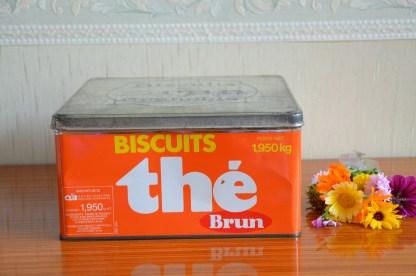 Boite à biscuits à thé, biscuit Brun HC. Boite orange et couvercle couleur métal, elle est en excellent état.