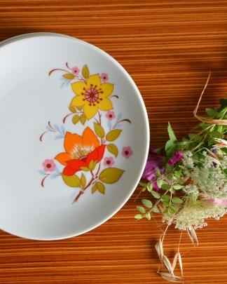 Lot de 4 assiettes à dessert en porcelaine de la manufacture Winterling Kirchenlamitz Bavaria F avec des fleurs de couleurs pop