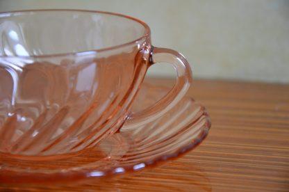 Lot de 4 tasses et sous tasses de couleur rose, de la marque Arcoroc, collection Rosaline. Fabriqué en France pendant les années 60-70.