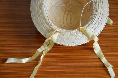 Un joli chapeau de paille vintage pour enfant avec un ruban jaune et une attache pour le cou. Hyper mignon et vintage!