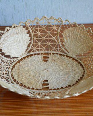 Panier ovale en raphia et en métal vintage. La structure est en métal et tout est revouvert de fil de raphia. C'est un travail très fin et très beau.