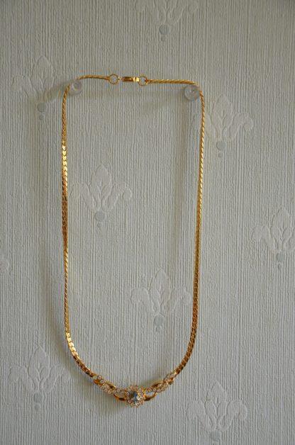 Collier BCBG en métal imitation or avec des pierres imitations pierres précieuses, diamants et lapis-lazuli. Date du début des années 90.