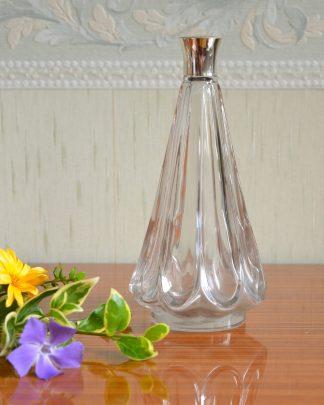 Flacon de parfum en verre avec un bouchon qui se visse en plastique. Forme conique inversé.