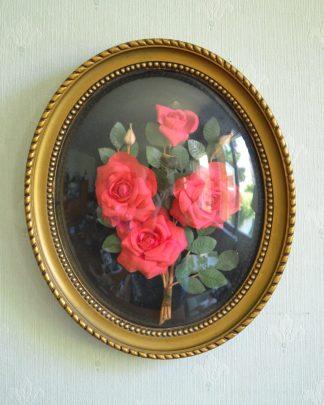 Cadre ovale en plastique et en verre bombé, roses en relief en plastique rose