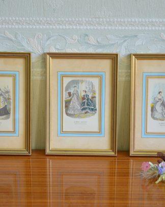 Lot de 3 reproductions de « La mode illustrée », bureau du journal 56 rue Jacob, 56 Paris. Cadre en bois doré et bleu.