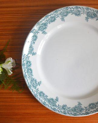 Plat de service plat Grands Etablissements Céramiques Argenton Saint Amand les Eaux. Motif bleus de fleurs et de feuilles.