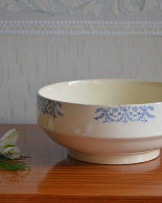 Saladier de la manufacture Digoin Sarreguemines France, collection Jacques. Saladier en faïence, décor fin bleu clair, motif guirlande florale.