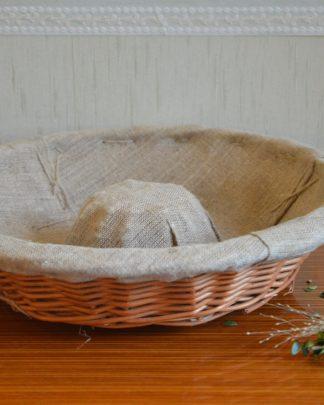 Ancien banneton à brioche en forme de couronne en osier tressé et revêtu d'une toile de lin à liteau. Le tissu est propre mais avec ses traces d'usage (évidemment!) et cousu à grands points. Cet ancien panier servait à faire reposer et lever la pâte à brioche ou à pain aérée grâce l'osier sur lequel elle repose. C'est un très bel objet qui sera parfait en centre de table, en panier garnis ou dans la salle de bain pour disposer les produits d'hygiène: ! Il fait 311 grammes, 33.5 cm de diamètre et 8 cm de haut.