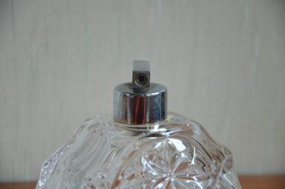 """Set de 2 flacons et de leur plateau en cristal. Inscription """"rienkristall gepresst"""". Le plateau fait 428 grammes, 11.5 cm de long, 23 cm de large et 2.5 cm de haut. Le flacon pulvérisateur fait 341 grammes, 7 cm de long, 11 cm de large et 11 cm de haut. Le flacon à qui il manque le bouchon fait 302 grammes, 7 cm de long, 11 cm de large et 10 cm de haut."""
