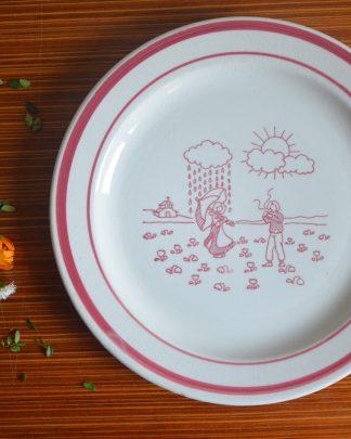 Assiette en céramique Made in italy motif champêtre rose avec un couple sous la pluie et le soleil.