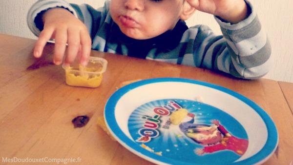 bebe-mange-frite-avec-mayo