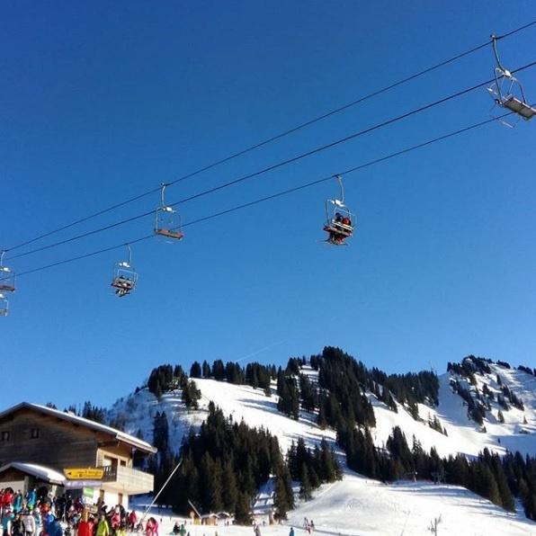 Prendre des leçons de ski en famille