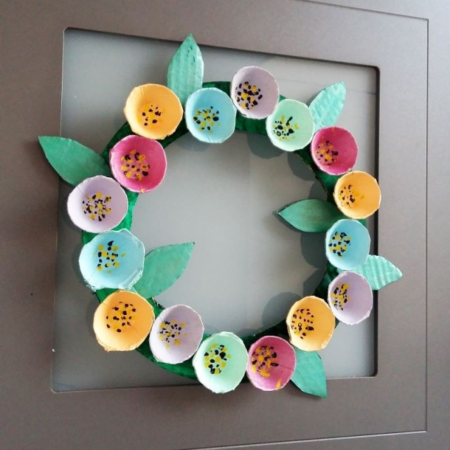 couronne de fleurs en boite à oeufs