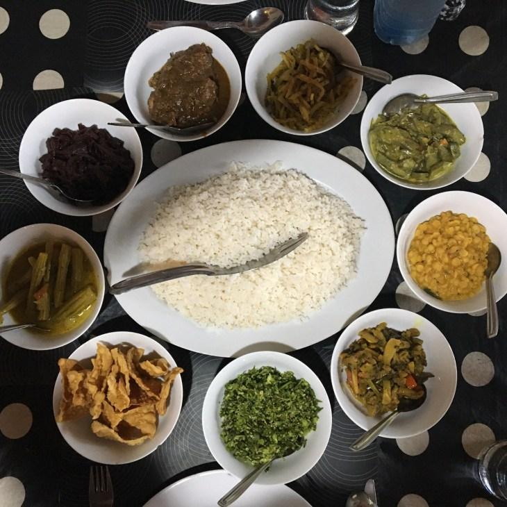 Un rice'n curry : le plat typique sri lankais. Un plat de viande ou poisson sauce curry est accompagné de plats de légumes.
