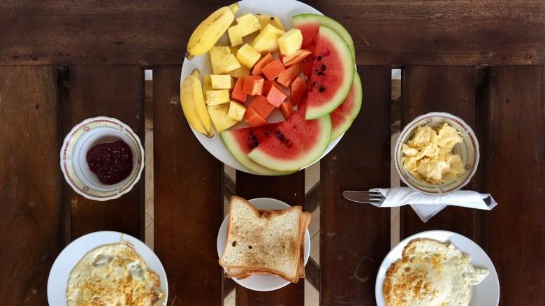 Fruits, toasts, oeufs, beurre, thé...un petit-déjeuner très complet à notre hôtel d'Uppuveli.