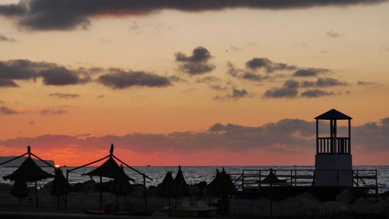 Un coucher de soleil en arrivant sur Trapani, le long du bord de mer.