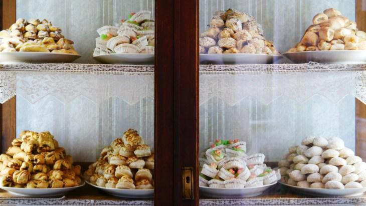 En vitrine, on voit les gâteaux à base de pâte d'amande, de la pâtisserie Maria Grammatico.