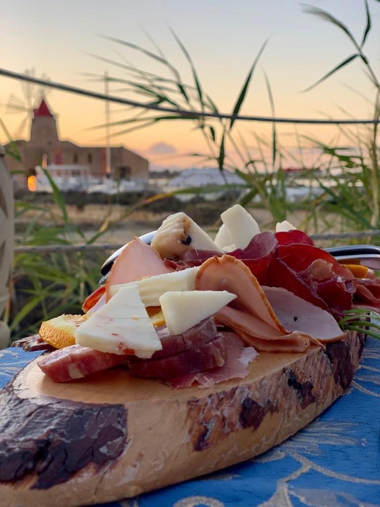 Planches à partager en aperitivo, chez Mammacaura, à Marsala, vue sur la Riserva Naturale della Stagnone.