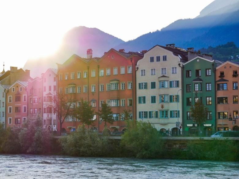 Les maisons colorées au bord du canal près de la vieille ville d'Innsbruck