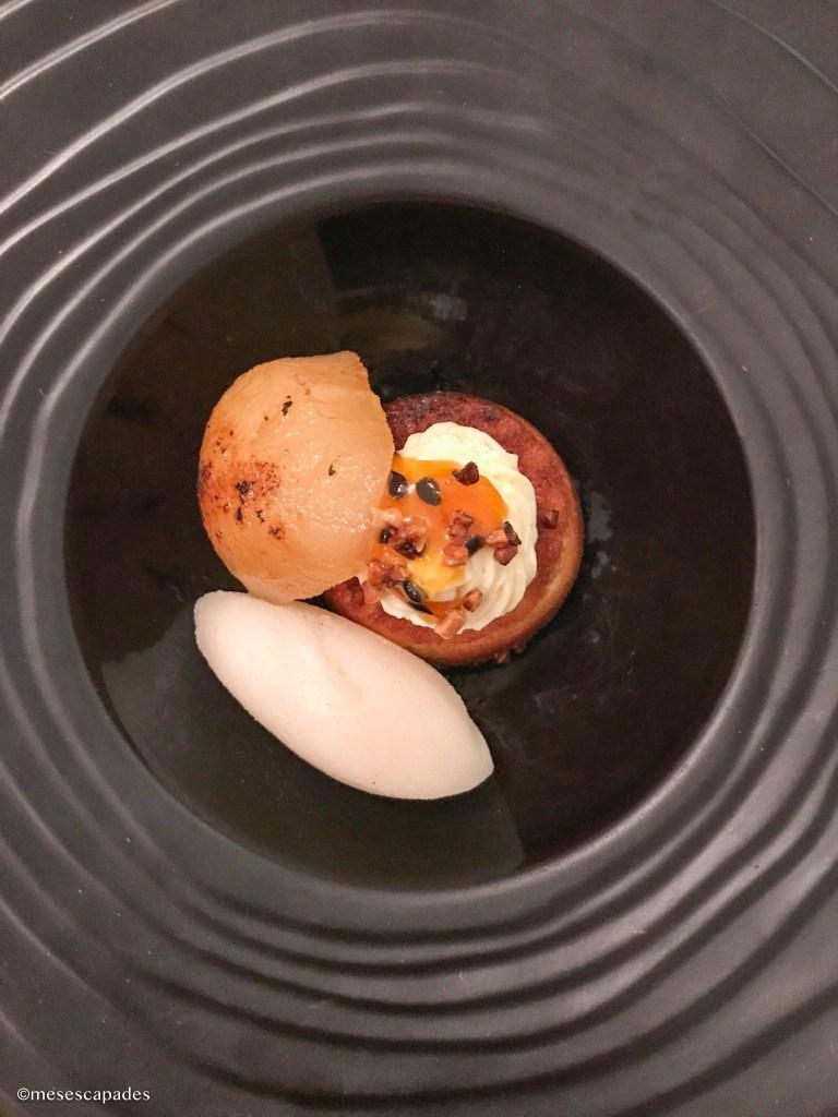 Poire pochée, sorbet yuzu, pain de gêne - Hibiscus, Orléans