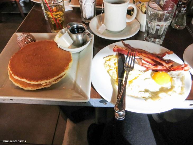 Breakfast américain : pancakes, bacon et oeufs