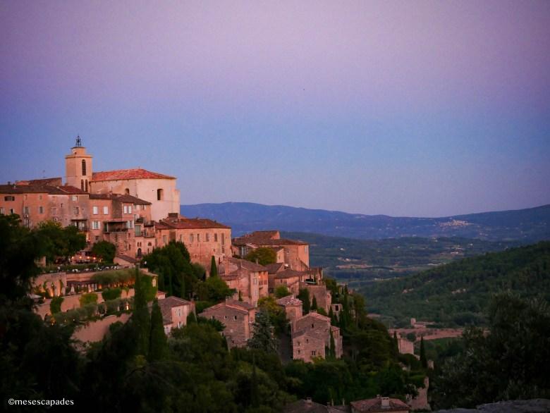 Le village de Gordes au coucher du soleil