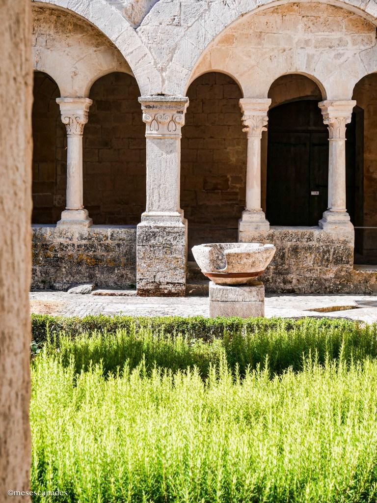 Le cloître de l'abbaye Notre-Dame-de-Sénanque