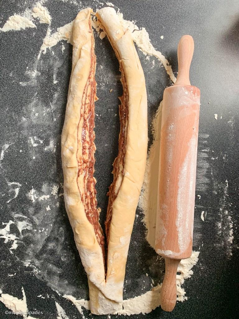Découper le rouleau de la pâte à babka