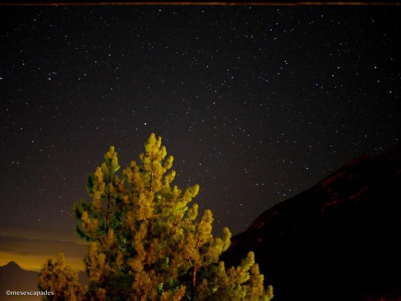 Ciel nocturne étoilé à la montagne