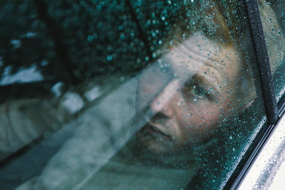 Męska sesja zdjęciowa w samochodzie