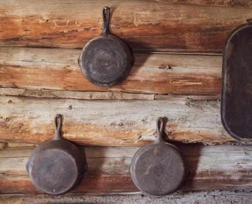anciennes poêles en fonte naturelle