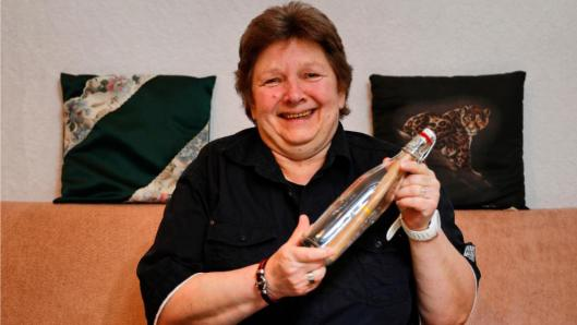 Christa with message in a bottle. Photo: Andreas Costanza / BILD
