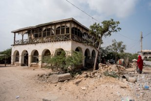 Hindi Osman's home which shares with other families, a dilapidated British mansion still pocked by bullet holes from the war. (© Jason Patinkin / The Messenger)