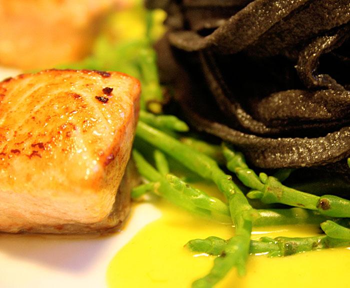 Pasta nera, salmone e salicorne