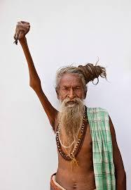 sâdhu en Inde le bras levé