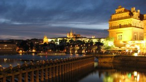 Prague - Cathédrale Saint-Guy & Pont Charles, vue de nuit depuis la rive