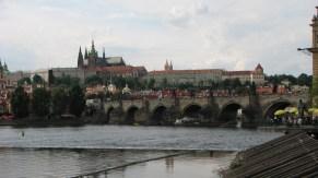 Prague - Cathédrale Saint-Guy & Pont Charles, vue depuis la rive