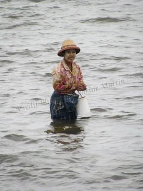 Environs de Mandalay - Amarapura - Lac Taungthaman, pêcheuse 'au tanaka'
