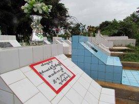 Environs de Pyin Oo Lwin - Cimetière, tombes birmanes