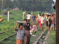 Voyage en train entre Mandalay à Myitkyina, vente de nourriture à chaque arrêt du train