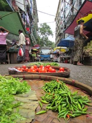 Yangon - Marché de rues, les voitures passent au-dessus des aliments