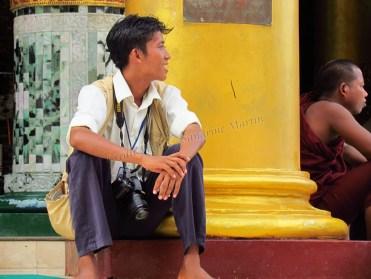Yangon - Temple 'Shwe Dagon', dans l'attente d'un client pour une photo