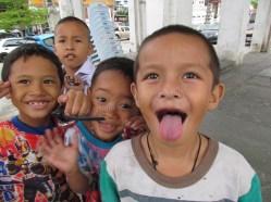 Bangkok - Chao Phraya Rivière, enfants qui jouent le long du canal