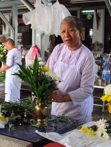 Bangkok - Ile de Rattanakosin - Temple 'Wat Chana Songkhram', none qui prépare les fleurs
