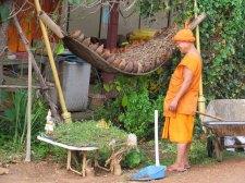 Lampang - Temple 'Wat Sri Choom', moine content de son travail, lol