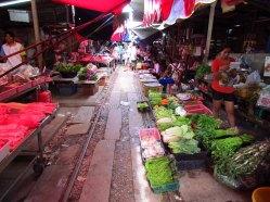 Samut Songkhram - Marché sur les rails du train qui passe 2 ou 3 fois par jour