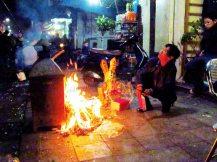 Hanoi - Festival Tet (nouvel an chinois), au hasard des rues, offrandes pour les esprits