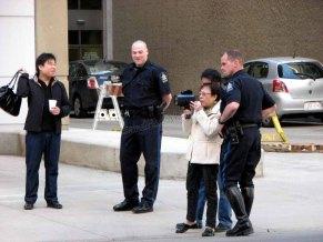Calgary - Au hasard des rues, des policiers qui prêtent leurs jumelles
